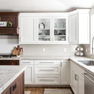 Idéer för mellanstora vintage flerfärgat kök, med en enkel diskho, luckor med infälld panel, vita skåp, bänkskiva i kvarts, flerfärgad stänkskydd, stänkskydd i keramik, rostfria vitvaror, mellanmörkt trägolv och en köksö