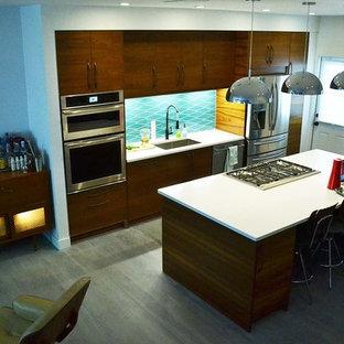 Offene, Einzeilige, Mittelgroße Moderne Küche mit Unterbauwaschbecken, flächenbündigen Schrankfronten, dunklen Holzschränken, Küchenrückwand in Blau, Rückwand aus Porzellanfliesen, Küchengeräten aus Edelstahl, gebeiztem Holzboden und Kücheninsel in Boston