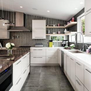 Offene, Große Moderne Küche in U-Form mit Waschbecken, flächenbündigen Schrankfronten, beigen Schränken, Quarzit-Arbeitsplatte, Rückwand aus Glasfliesen, Küchengeräten aus Edelstahl, Porzellan-Bodenfliesen, Kücheninsel, grauem Boden und lila Arbeitsplatte in Orange County