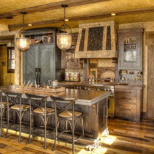 Inspiration för stora rustika grått kök, med en undermonterad diskho, släta luckor, skåp i mellenmörkt trä, bänkskiva i zink, integrerade vitvaror, mellanmörkt trägolv och en köksö
