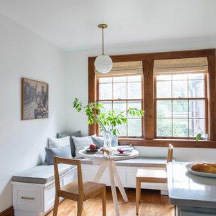 Idee per una piccola cucina chic con pavimento in legno massello medio, pavimento beige, lavello stile country, ante con riquadro incassato, ante grigie, top in quarzo composito, paraspruzzi bianco, paraspruzzi con piastrelle diamantate, elettrodomestici bianchi e penisola