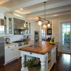 traditional kitchen by PB Built