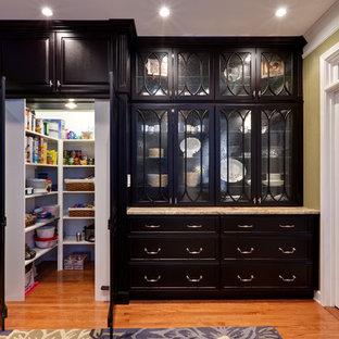 Klassische Küche mit Glasfronten, schwarzen Schränken und Vorratsschrank in Atlanta