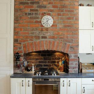 他の地域のヴィクトリアン調のおしゃれなキッチン (シェーカースタイル扉のキャビネット、白いキャビネット) の写真