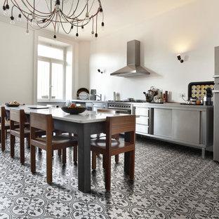 Idées déco pour une cuisine industrielle avec un sol en terrazzo et un sol gris.