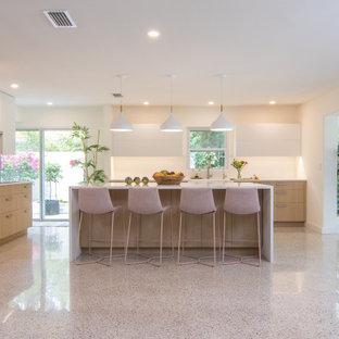 Idéer för att renovera ett stort funkis vit vitt kök, med en rustik diskho, släta luckor, skåp i ljust trä, bänkskiva i koppar, vitt stänkskydd, rostfria vitvaror, terrazzogolv, en köksö och flerfärgat golv