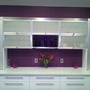 Große Moderne Küche mit Unterbauwaschbecken, Glasfronten, weißen Schränken, Betonarbeitsplatte, Küchengeräten aus Edelstahl, Betonboden und Kücheninsel in Austin