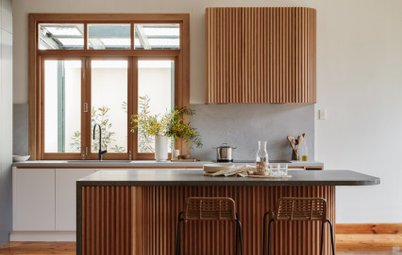 Kitchen Tour: A Curvaceous Midcentury Kitchen in Slatted Oak