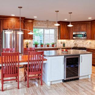 Immagine di una cucina tradizionale di medie dimensioni con ante in stile shaker, ante in legno scuro, paraspruzzi beige, elettrodomestici in acciaio inossidabile, lavello sottopiano, top in granito, paraspruzzi con piastrelle in pietra, parquet chiaro, isola e pavimento beige