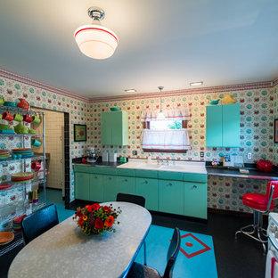 シアトルの中サイズのミッドセンチュリースタイルのおしゃれなキッチン (ダブルシンク、ルーバー扉のキャビネット、緑のキャビネット、黄色いキッチンパネル、リノリウムの床、アイランドなし) の写真