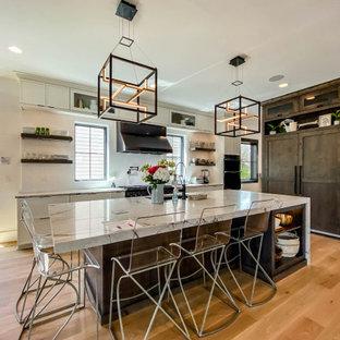 Свежая идея для дизайна: огромная кухня в стиле современная классика с обеденным столом, накладной раковиной, фасадами в стиле шейкер, белыми фасадами, столешницей из кварцевого агломерата, серым фартуком, фартуком из плитки мозаики, черной техникой, светлым паркетным полом, островом, белой столешницей и деревянным потолком - отличное фото интерьера