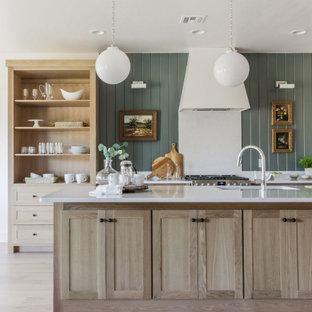オクラホマシティの中くらいのトランジショナルスタイルのおしゃれなキッチン (アンダーカウンターシンク、シェーカースタイル扉のキャビネット、淡色木目調キャビネット、クオーツストーンカウンター、白いキッチンパネル、クオーツストーンのキッチンパネル、シルバーの調理設備、淡色無垢フローリング、ベージュの床、白いキッチンカウンター) の写真