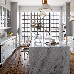 Idéer för att renovera ett vintage flerfärgad flerfärgat kök, med marmorbänkskiva, en undermonterad diskho, skåp i shakerstil, grå skåp, flerfärgad stänkskydd, stänkskydd i mosaik, mörkt trägolv, en köksö och brunt golv