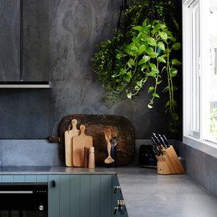 Mittelgroße Moderne Wohnküche in L-Form mit Unterbauwaschbecken, flächenbündigen Schrankfronten, grünen Schränken, Quarzwerkstein-Arbeitsplatte, Küchenrückwand in Grau, Rückwand aus Schiefer, Küchengeräten aus Edelstahl, gebeiztem Holzboden, weißem Boden und grauer Arbeitsplatte in Sydney