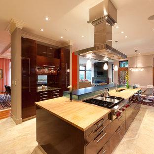 Diseño de cocina comedor contemporánea con electrodomésticos de acero inoxidable y encimera de madera