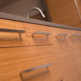 Bild på ett mellanstort funkis grå grått kök, med en undermonterad diskho, öppna hyllor, skåp i ljust trä, bänkskiva i koppar, stänkskydd i stenkakel, rostfria vitvaror, korkgolv, en köksö och brunt golv