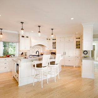 Klassische Küche in U-Form mit Schrankfronten mit vertiefter Füllung, weißen Schränken, Küchenrückwand in Beige und Elektrogeräten mit Frontblende in Boston