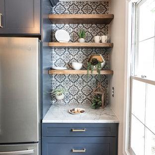 アトランタの小さいモダンスタイルのおしゃれなキッチン (アンダーカウンターシンク、シェーカースタイル扉のキャビネット、青いキャビネット、クオーツストーンカウンター、マルチカラーのキッチンパネル、磁器タイルのキッチンパネル、カラー調理設備、クッションフロア、アイランドなし、マルチカラーの床、グレーのキッチンカウンター) の写真