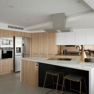 Große Moderne Küche mit Unterbauwaschbecken, flächenbündigen Schrankfronten, Küchenrückwand in Metallic, Kücheninsel, hellen Holzschränken, Rückwand aus Spiegelfliesen und Küchengeräten aus Edelstahl in Melbourne