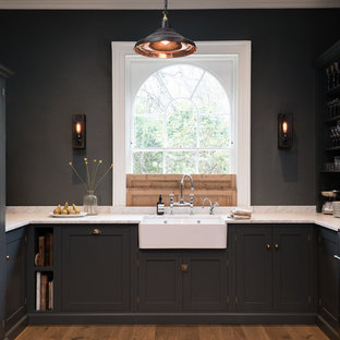 Неиссякаемый источник вдохновения для домашнего уюта: п-образная кухня в стиле современная классика с техникой из нержавеющей стали, раковиной в стиле кантри, фасадами в стиле шейкер, серыми фасадами и темным паркетным полом