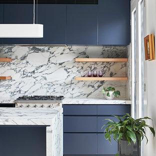 Idéer för att renovera ett mellanstort funkis vit vitt kök, med en undermonterad diskho, släta luckor, blå skåp, marmorbänkskiva, vitt stänkskydd, stänkskydd i marmor, rostfria vitvaror, ljust trägolv och en köksö