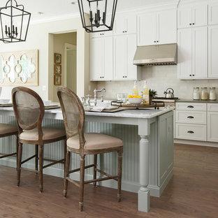 Zweizeilige, Große Klassische Küche mit Schrankfronten im Shaker-Stil, weißen Schränken, Küchenrückwand in Weiß, Küchengeräten aus Edelstahl, dunklem Holzboden, Kücheninsel, Unterbauwaschbecken, Marmor-Arbeitsplatte, Rückwand aus Porzellanfliesen und braunem Boden in Jacksonville