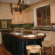 Traditional Kitchen by the bohemian kitchen of Gozan Interiors