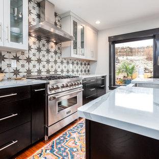 Exempel på ett mellanstort klassiskt vit vitt kök, med en rustik diskho, skåp i shakerstil, vita skåp, bänkskiva i kvartsit, flerfärgad stänkskydd, rostfria vitvaror, bambugolv, en köksö och brunt golv