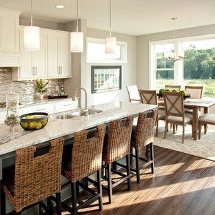 Удачное сочетание для дизайна помещения: кухня - столовая в стиле современная классика с двойной раковиной, фасадами в стиле шейкер, белыми фасадами, столешницей из гранита, разноцветным фартуком, фартуком из удлиненной плитки и серой столешницей - самое интересное для вас