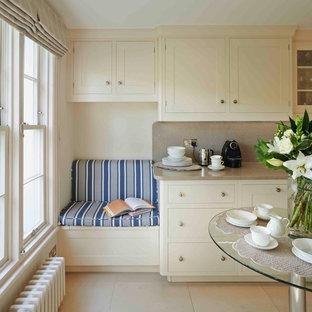Aménagement d'une grande cuisine américaine parallèle classique avec des portes de placard blanches, un placard à porte shaker, un plan de travail en quartz modifié et un sol en calcaire.