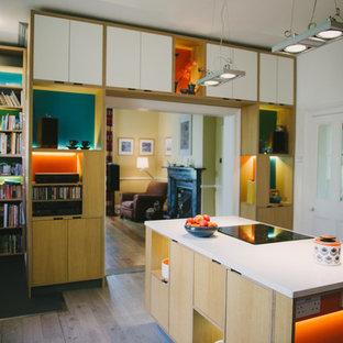 他の地域の大きいコンテンポラリースタイルのおしゃれなキッチン (ドロップインシンク、フラットパネル扉のキャビネット、淡色木目調キャビネット、珪岩カウンター、青いキッチンパネル、セラミックタイルのキッチンパネル、白い調理設備、淡色無垢フローリング) の写真