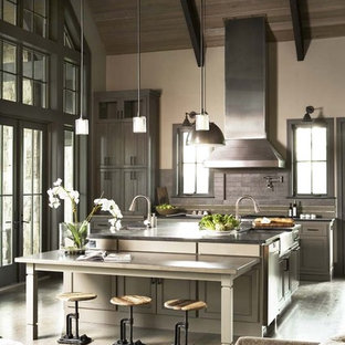 Offene Rustikale Küche mit grauen Schränken, Küchenrückwand in Grau, Schrankfronten im Shaker-Stil, Küchengeräten aus Edelstahl, Kücheninsel und Granit-Arbeitsplatte in Sonstige