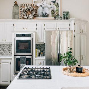 Inspiration för ett avskilt, stort lantligt vit vitt u-kök, med en undermonterad diskho, luckor med upphöjd panel, vita skåp, bänkskiva i kvarts, vitt stänkskydd, stänkskydd i marmor, rostfria vitvaror, mellanmörkt trägolv, en köksö och svart golv