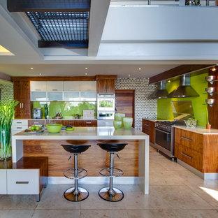 Idéer för ett modernt kök, med släta luckor, grönt stänkskydd, glaspanel som stänkskydd och skåp i mellenmörkt trä