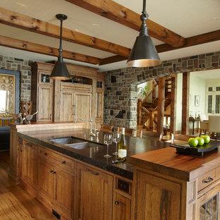 Inspiration för ett stort, avskilt rustikt kök, med träbänkskiva, en dubbel diskho, luckor med infälld panel, skåp i mellenmörkt trä, rostfria vitvaror, mellanmörkt trägolv och en köksö