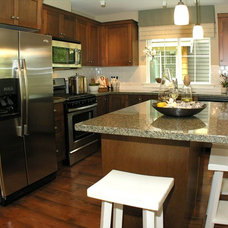Traditional Kitchen by Canadian Heritage Timber Company Ltd.