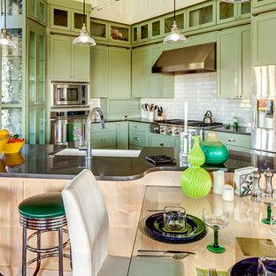 デンバーの大きいカントリー風おしゃれなキッチン (エプロンフロントシンク、シェーカースタイル扉のキャビネット、緑のキャビネット、人工大理石カウンター、白いキッチンパネル、セラミックタイルのキッチンパネル、シルバーの調理設備の、濃色無垢フローリング) の写真