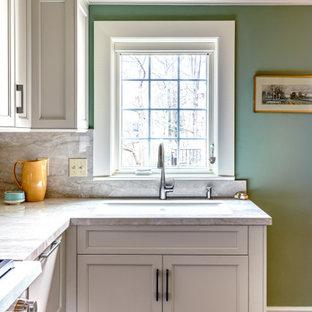 他の地域の小さいエクレクティックスタイルのおしゃれなキッチン (アンダーカウンターシンク、落し込みパネル扉のキャビネット、ベージュのキャビネット、シルバーの調理設備の、磁器タイルの床、アイランドなし、黒い床、ベージュのキッチンカウンター) の写真