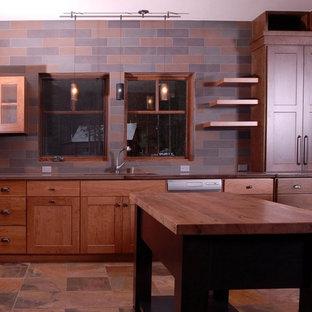 Inredning av ett amerikanskt avskilt, mellanstort beige beige l-kök, med en undermonterad diskho, skåp i shakerstil, skåp i mellenmörkt trä, bänkskiva i betong, brunt stänkskydd, stänkskydd i skiffer, rostfria vitvaror, skiffergolv, flera köksöar och brunt golv