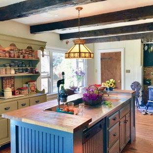 ボストンの大きいトラディショナルスタイルのおしゃれなキッチン (一体型シンク、フラットパネル扉のキャビネット、緑のキャビネット、木材カウンター、黒いキッチンパネル、カラー調理設備、無垢フローリング、茶色い床) の写真
