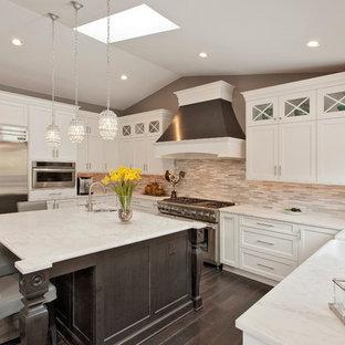 ワシントンD.C.の広いコンテンポラリースタイルのおしゃれなキッチン (シェーカースタイル扉のキャビネット、白いキャビネット、大理石カウンター、石タイルのキッチンパネル、シルバーの調理設備) の写真