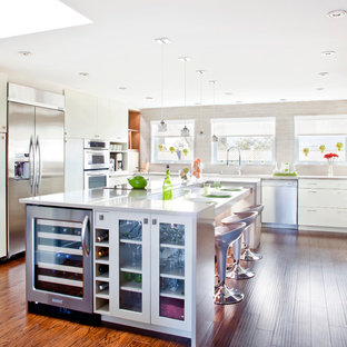Inspiration for a large contemporary l-shaped eat-in kitchen in Montreal with an undermount sink, flat-panel cabinets, quartz benchtops, grey splashback, porcelain splashback, stainless steel appliances, beige cabinets, dark hardwood floors, with island and brown floor.