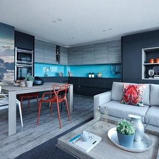 Idee per una cucina contemporanea con ante lisce, paraspruzzi blu, paraspruzzi con lastra di vetro, elettrodomestici in acciaio inossidabile, pavimento in legno massello medio e nessuna isola