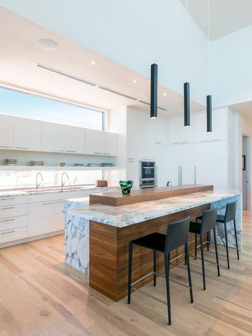 Küchen mit Rückwand-Fenster und Quarzit-Arbeitsplatte Ideen ...