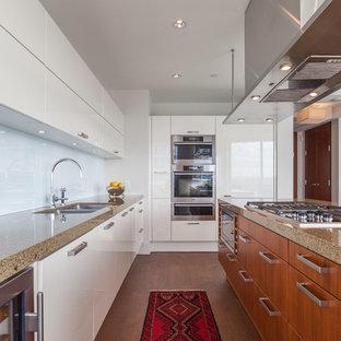 Offene, Zweizeilige, Mittelgroße Moderne Küche mit Doppelwaschbecken, flächenbündigen Schrankfronten, weißen Schränken, Küchenrückwand in Weiß, Küchengeräten aus Edelstahl, braunem Holzboden, Kücheninsel, braunem Boden und Arbeitsplatte aus Recyclingglas in Vancouver