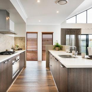 パースの中サイズのコンテンポラリースタイルのおしゃれなキッチン (アンダーカウンターシンク、フラットパネル扉のキャビネット、中間色木目調キャビネット、ベージュキッチンパネル、シルバーの調理設備の、クッションフロア) の写真