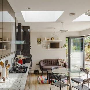 Foto di una piccola cucina eclettica con ante lisce, top in granito, parquet chiaro, nessuna isola e pavimento beige