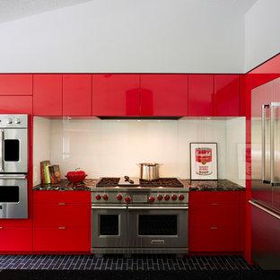Moderne Küche in L-Form mit flächenbündigen Schrankfronten, roten Schränken, Küchenrückwand in Weiß, Glasrückwand und Küchengeräten aus Edelstahl in Minneapolis