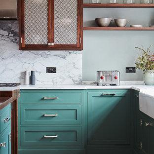 他の地域の大きいエクレクティックスタイルのおしゃれなキッチン (エプロンフロントシンク、シェーカースタイル扉のキャビネット、ターコイズのキャビネット、大理石カウンター、黄色いキッチンパネル、大理石の床、シルバーの調理設備の、淡色無垢フローリング、マルチカラーの床、白いキッチンカウンター) の写真