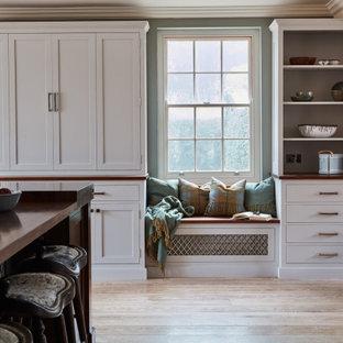 Inspiration för stora eklektiska vitt kök, med en rustik diskho, skåp i shakerstil, turkosa skåp, marmorbänkskiva, gult stänkskydd, stänkskydd i marmor, rostfria vitvaror, ljust trägolv, en köksö och flerfärgat golv